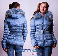 Укороченная зимняя куртка – пуховик с мехом енота