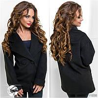 Стильное пальто без подклада с оригинальными разрезами по бокам. Спереди застегивается на две пуговицы.