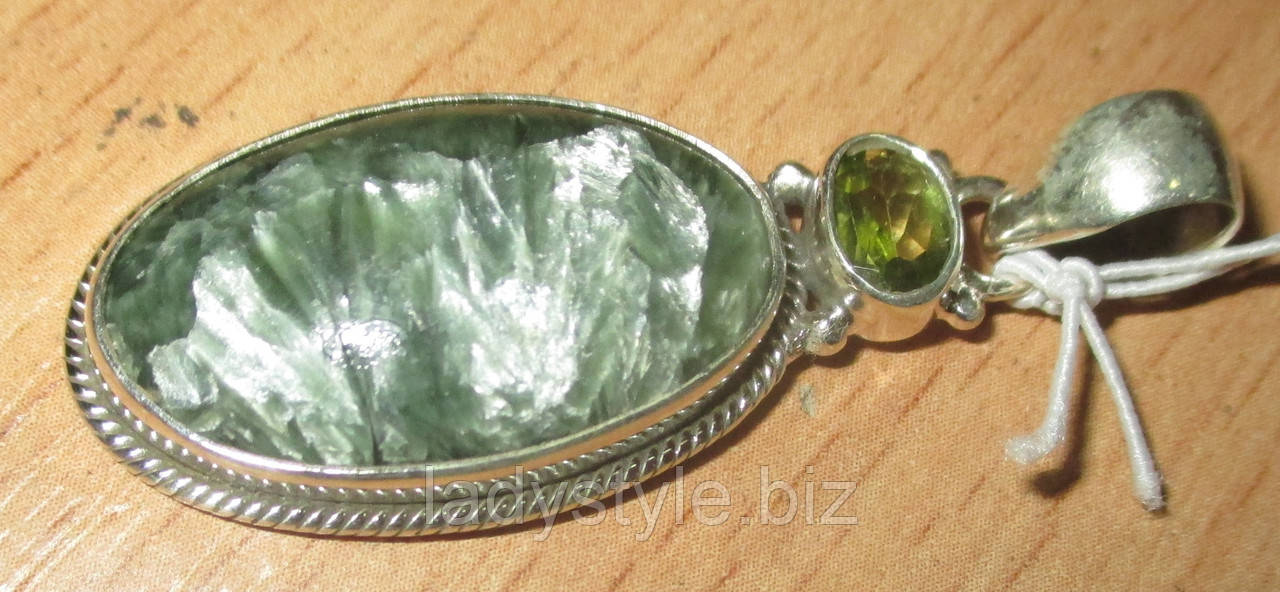 Изящный серебряный кулон  с натуральным серафинитом и хризолитом  от студии LadyStyle.Biz