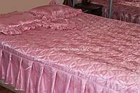 Покрывало атласное с рюшами и подушками розовое