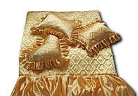 Покрывало атласное с рюшами и подушками  золотого  цвета