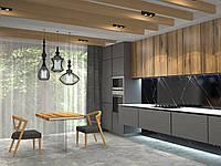 Кухня с комбинированным фасадом и каменной столешницей.