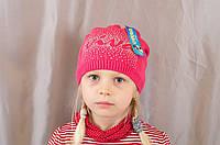 Яркая демисезонная красивая детская шапочка с надписью из стразиков.