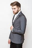 Стильный мужской пиджак прямого кроя с большими накладными карманами по бокам серый