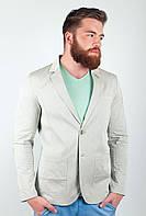 Привлекательный мужской пиджак приталеного кроя с большими накладными карманами оливковый