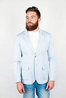 Красивый мужской пиджак оригинального кроя на двух пуговицах с карманами по бокам светло-голубой