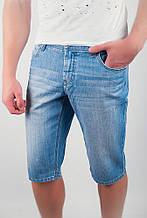 Удобные мужские джинсовые шорты классического кроя без потертостей и дырок светло-синие