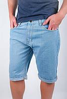 Комфортные мужские джинсовые шорты классического кроя средней длины с отворотами по краю низа голубые, светло-синие