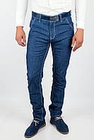 Привлекательные мужские джинсы зауженного к низу кроя с белой отстрочкой по швам синие
