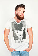 Модная мужская футболка с оригинальным V-образным воротом и необычным  принтом на груди белая
