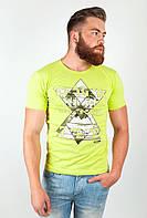 Качественная мужская футболка простого кроя с круглым вырезом и принтом на груди салатовая