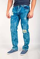 Оригинальные мужские джинсы необычного кроя с декоративными дырками и потертостями варенка