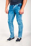 Модные мужские джинсы приталенного кроя с декоративными дырками и потертостями синие