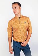 Привлекательная мужская рубашка классического кроя с длинными рукавами и эмблемой на груди горчичная