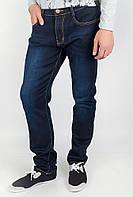 Удобные мужские однотонные джинсы оригинального кроя с высокой талией  и легкими потертостями темно-синие
