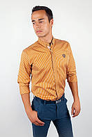 Стильная мужская рубашка из приятного материала в мелкую клетку с длинными рукавами и эмблемой на груди горчичная