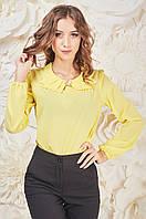 Модная желтая женская блуза с брошью