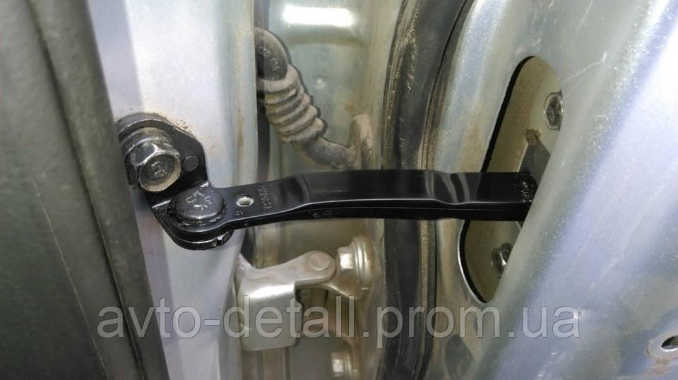 Ограничитель двери передний правый Авео T 250 (оригинал)