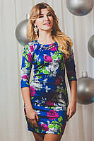 Эффектное женское платье приталенного фасона на синем фоне
