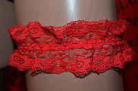 Красная кружевная подвязка на ногу