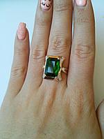 Кольцо с крупным зеленым фианитом