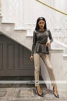 Женский брючный костюм с асимметричной кофтой с баской и укороченными брюками