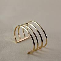 Стильный женский широкий металлический браслет на руку золотистого цвета