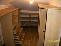 Гардеробная комната под заказ в скошенном помещение