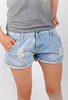 Модные женские шорты из джинса с декоративнымипотертостями и дырками светло-голубые