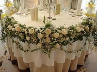 Украшение свадебного зала из цветов подаренных в ЗАГСЕ