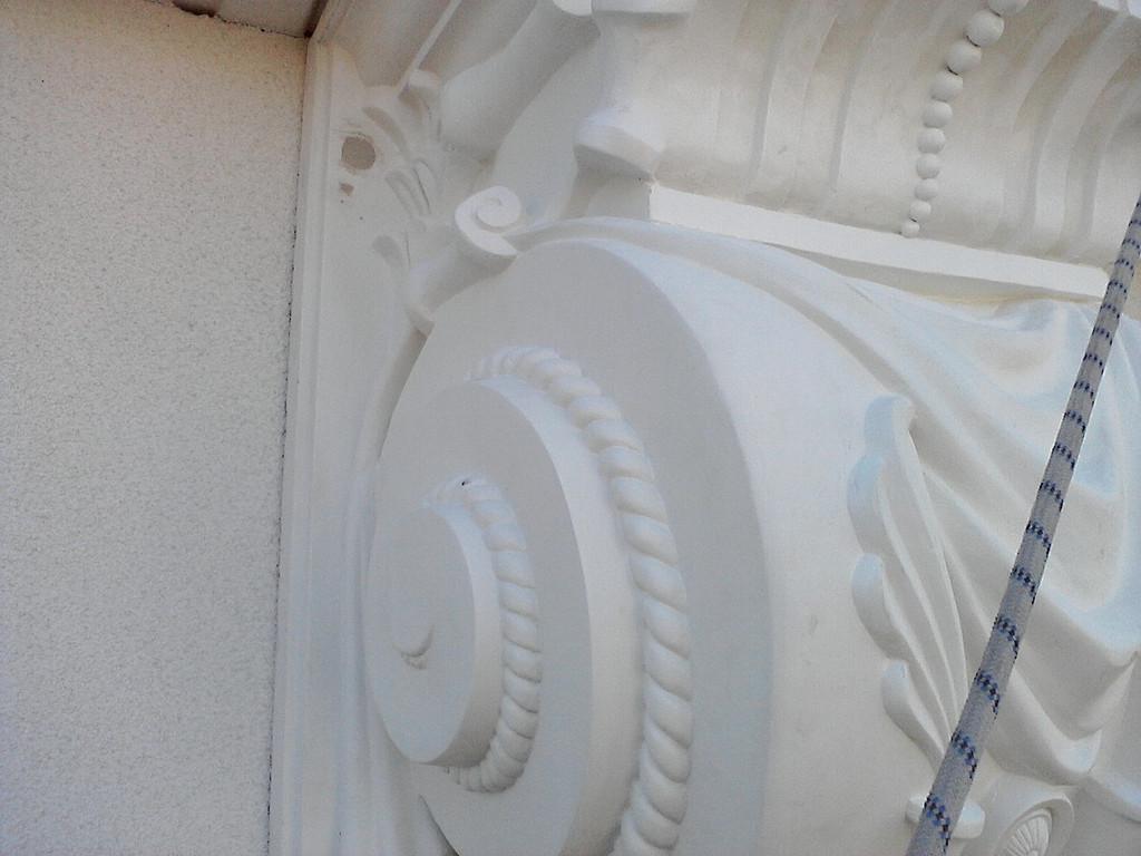 Монтаж декоративных элементов из пенополистирола с помощью дюбелей и монтажного клея с последующей заделкой отверстий фасадной шпатлевкой, окраской.
