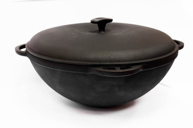 Казан чугунный, азиатский с чугунной крышкой. Объем 30 литров.