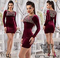 Короткое бархатное платье, декорировано блестками и вышивкой.