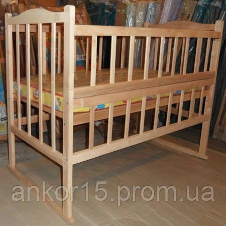 Кроватка с откидной боковиной, качалкой и колесами