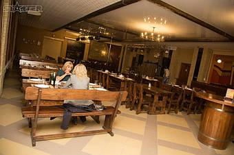 Мебель садовая из сосны также отличается красивым видом, но значительно дешевле дубовой.