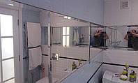 Зеркала в санузле с фацетной огранкой, состыкованные и вклеенные в плоскость с плиткой