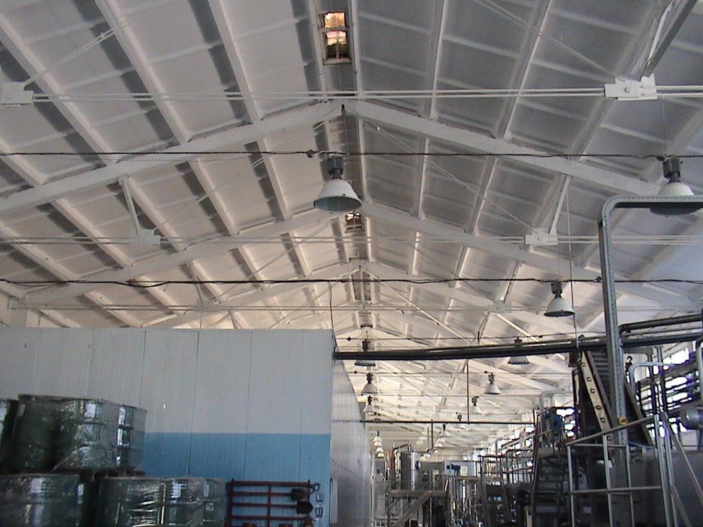 Окраска металлических ферм, кессонного потолка и стен производственного цеха.