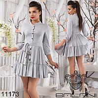 Стильное замшевое платье с пышной юбкой, спереди на пуговицах.