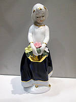 Большая статуэтка  Девочка с корзиной