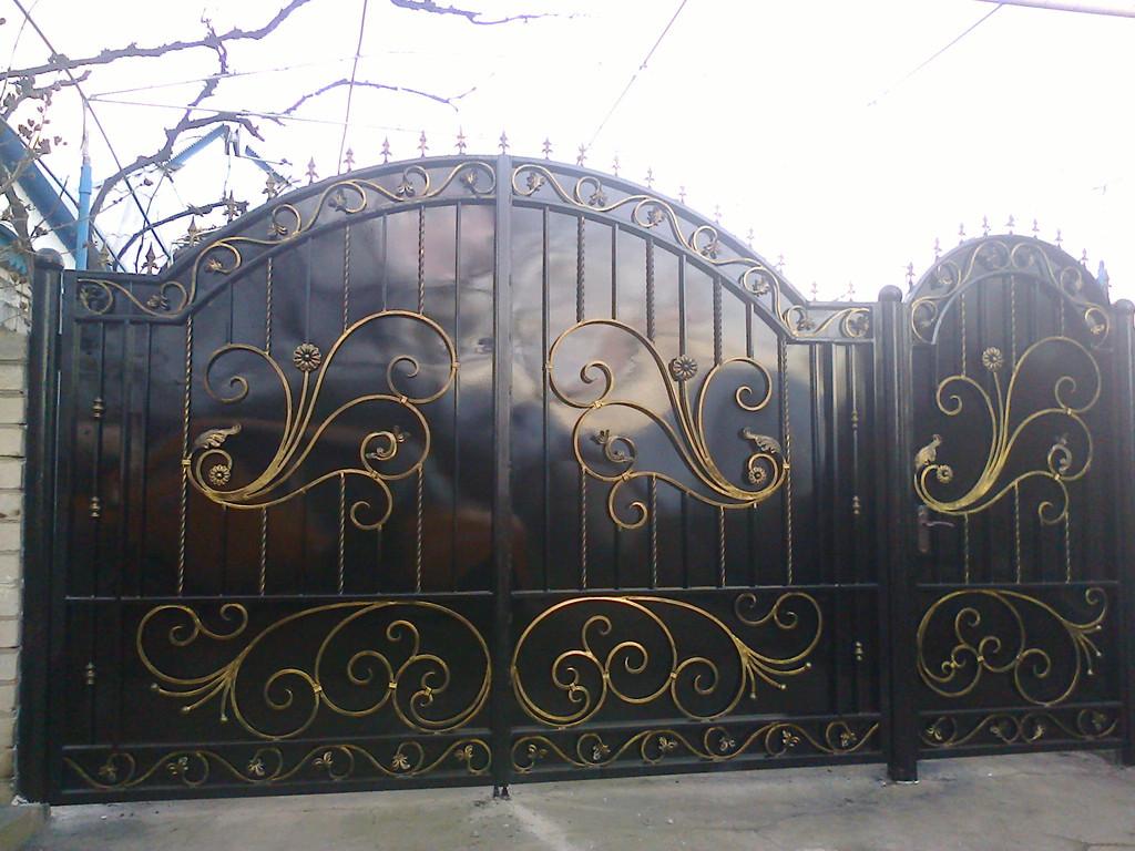 ворота обшитые листом покрашены авто краской (акрил) ширина 300 см начальная высота 170 см по центру 220 см калитка 90 см цена 13200 гр. с установкой покраской и всей необходимой фурнитурой