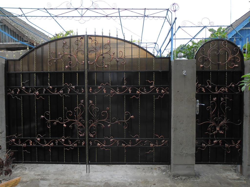 ворота обшитые листом покрашены авто краской (акрил) ширина 300 см начальная высота 200 см по центру 240 см калитка 90 см цена 16800 гр. с установкой покраской и всей необходимой фурнитурой