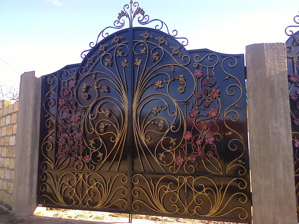 ворота обшитые листом покрашены авто краской (акрил) ширина 300 см начальная высота 210 см по центру 270 см калитка 90 см цена 25000 гр. с установкой покраской и всей необходимой фурнитурой