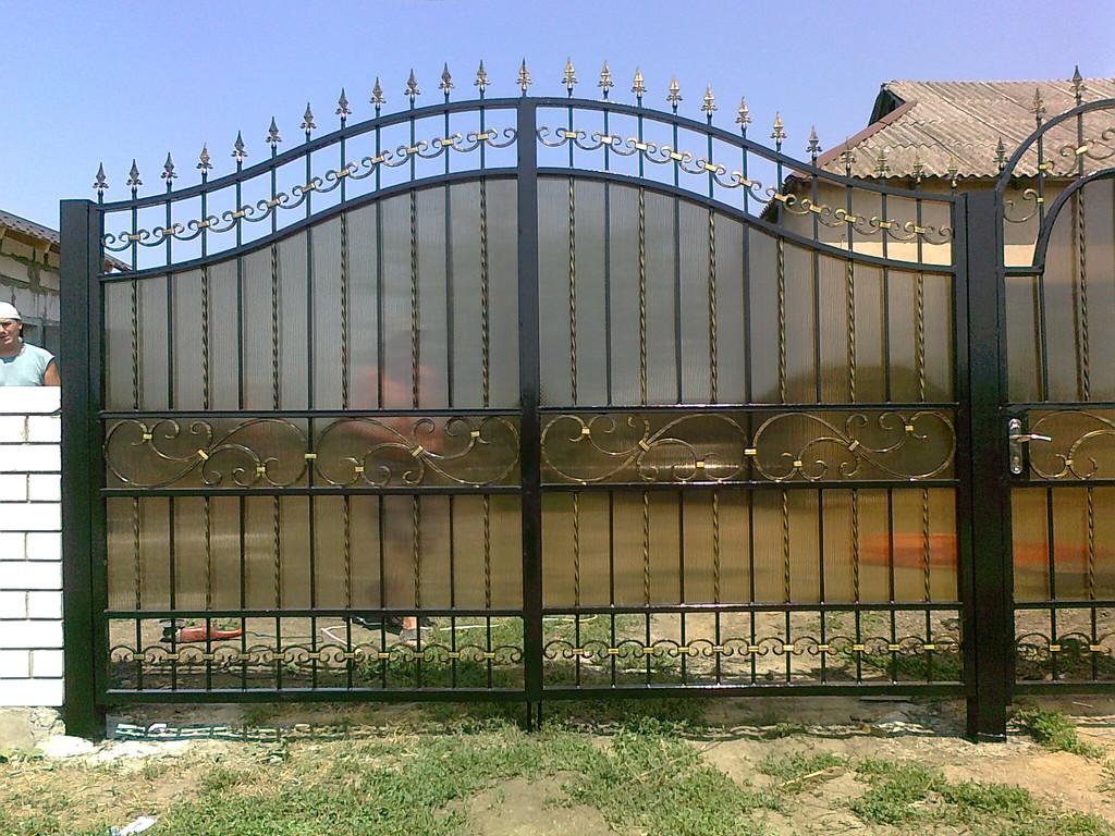 ворота обшитые поликарбонатом покрашены авто краской (акрил) ширина 300 см начальная высота 180 см по центру 230 см калитка 90 см цена 11800 гр. с установкой покраской и всей необходимой фурнитурой