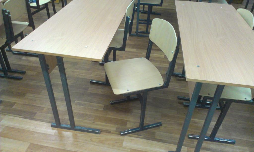 Реставрация школьной мебели. Замена фанеры на стульях, столешниц и передних панелей парт.