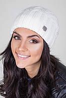 Мягкая и уютная двойная шапка с объемным узором, металлическая фирменная нашивка сбоку