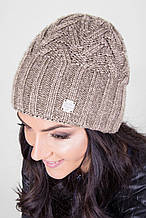 Уютная теплая шапка с красивым узором в цвете капучино