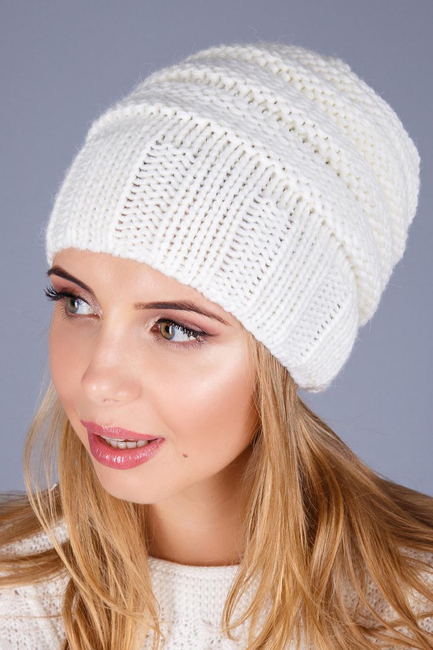 Очень красивая уютная шапка из плотной вязки в молочном цвете