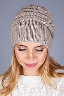Модная вязаная шапка в светло-бежевом цвете красивой вязки