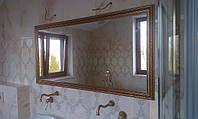 Зеркало в раме в ванной комнате.