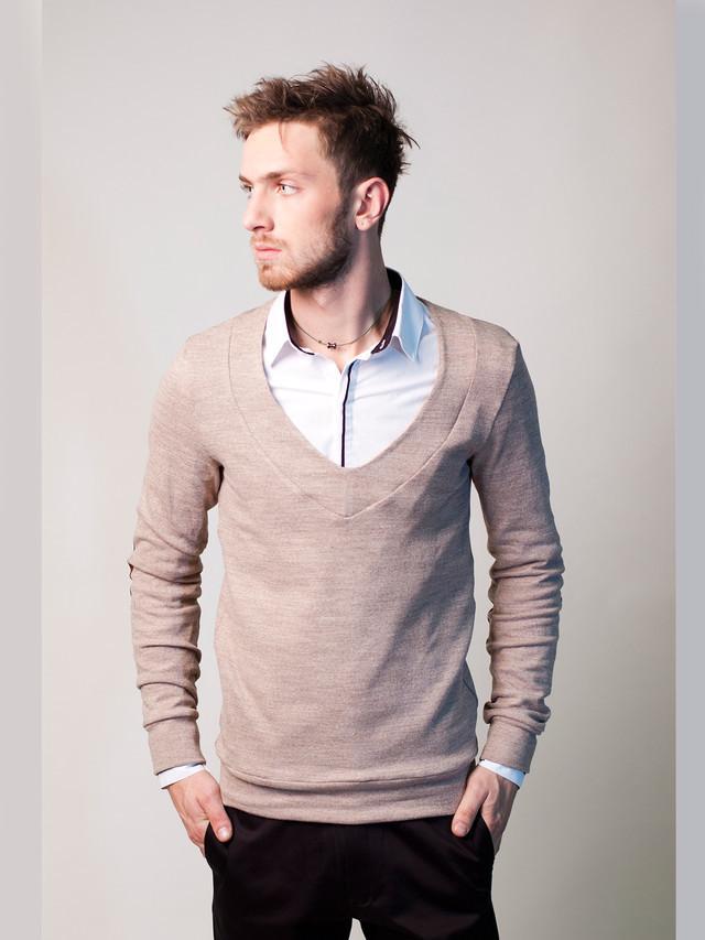 Модний чоловічий светр з глибоким вирізом під сорочку, пісочний